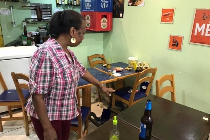 Lúcia mostra o estrago feito pelo sequestrador em seu bar na Lapa