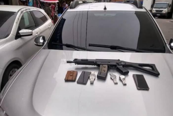 Assaltantes estava armado com uma réplica de fuzil