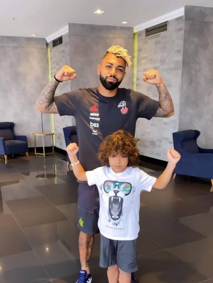 Gabigol publica foto com filho de Felipe Melo e brinca com o volante palmeirense