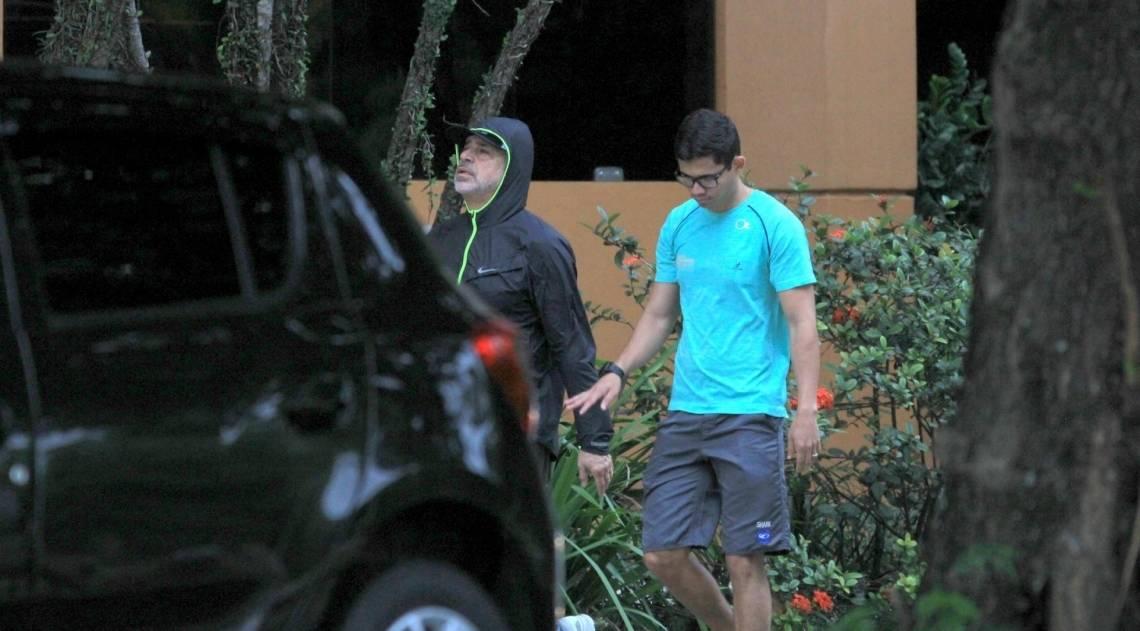 Lulu Santos passeia com o marido pelo Jardim Botânico