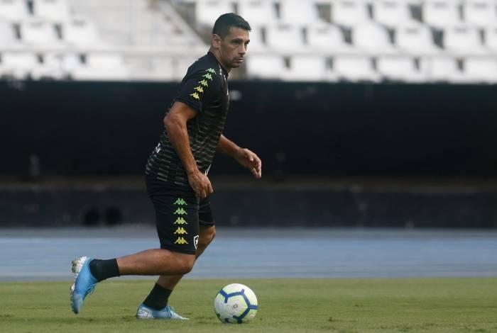 Diego Souza perdeu gol incrível na derrota do Botafogo para o Internacional
