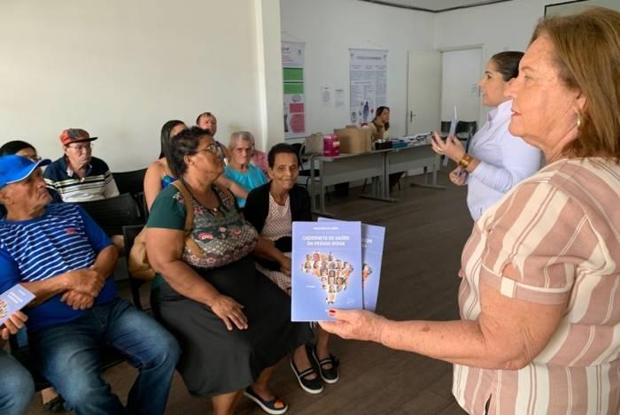 Agentes da Secretaria de Saúde entregam a Caderneta da Pessoa Idosa a pacientes do Centro de Alzheimer e Parkinson