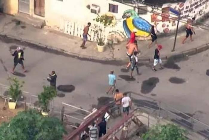 Criminosos foram flagrados fugindo armados da comunidade