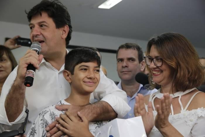 Menino Eduardo viajou de Cuiabá para Duque de Caxias e recebeu aparelho auditivo