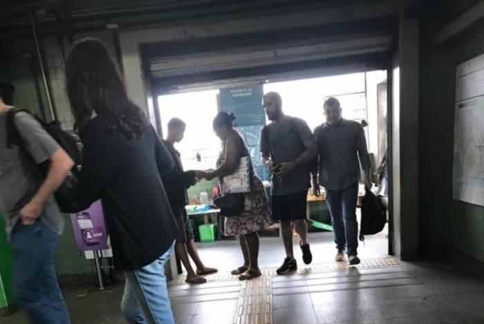 Flagrante de cliente comprando passagem irregular na estação do metrô, em Vicente de Carvalho, Zona Norte: MetrôRio diz que aciona órgãos competentes nesses casos