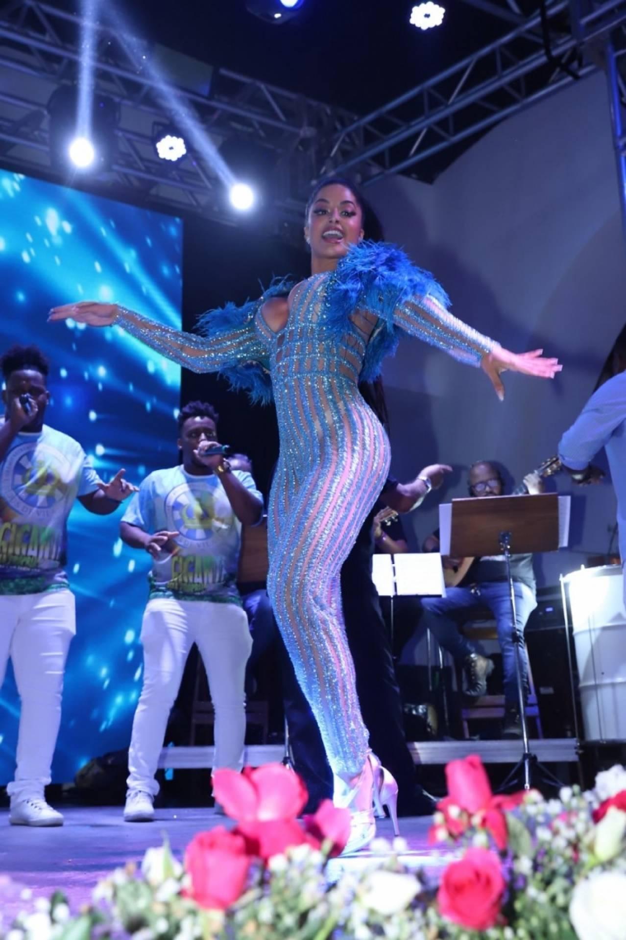 Aline Riscado no evento de lançamento do CD das escolas de samba do Rio