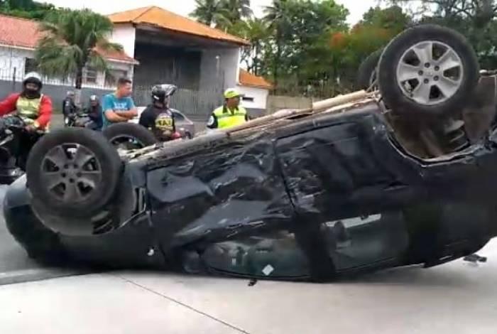 Capotamento na Avenida Brasil deixa ao menos um ferido