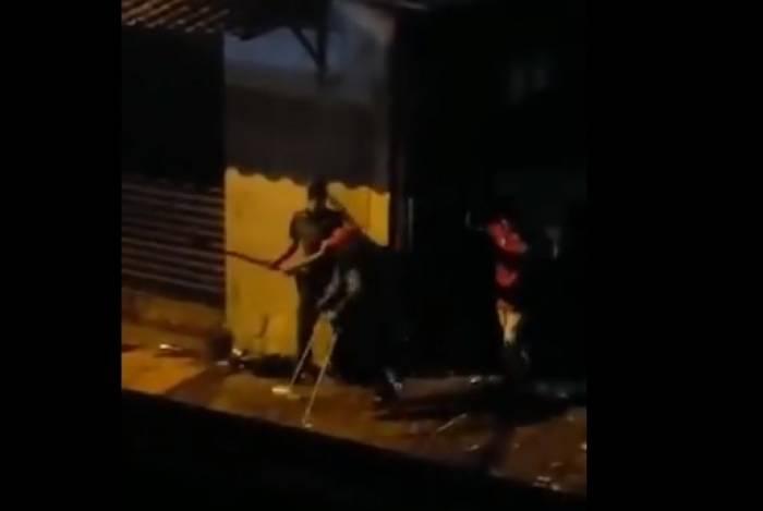 Vídeo mostra PM agredindo jovens rendidos que deixavam baile funk em Paraisópolis