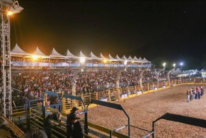 Uma multidão vibra com o rodeio do Saquá Country Fest