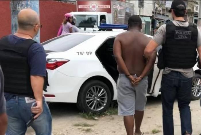 Policiais da 78ª DP (Fonseca) prenderam, na manhã dessa terça, Mauro de Souza Junior, de 23 anos