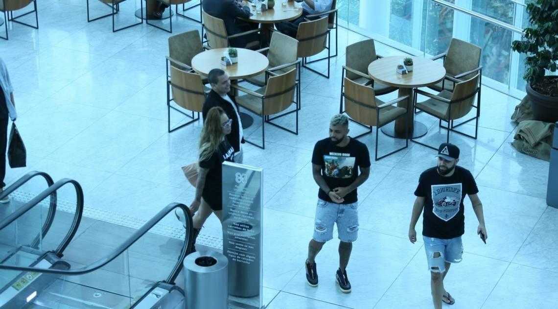 Gabigol e Rafaela Santos são fotografados juntos em shopping