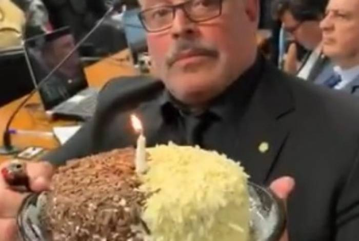 Alexandre Frota leva bolo ao Congresso para comemorar um ano do Caso Queiroz