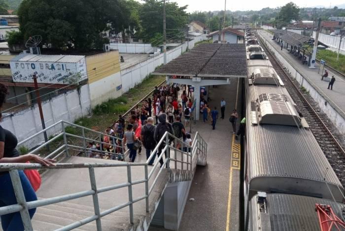 Trem apresenta problema técnico e passageiros são transferidos