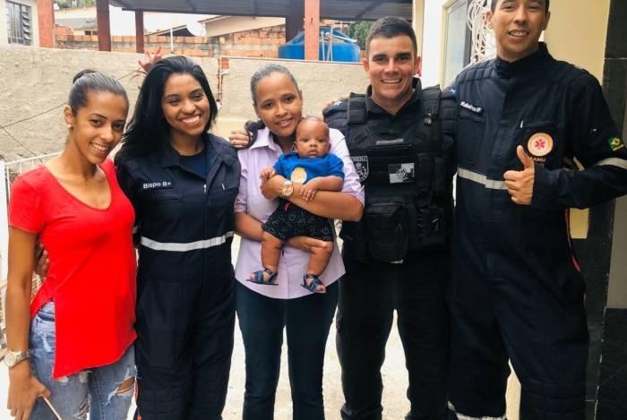 Família reunida: a mãe acolhedora (à esq.); a médica; a mãe adotiva; o policial e o socorrista do Samu