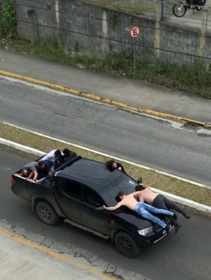 Caminhonete preta foi usada com reféns de escudo humano por assaltantes
