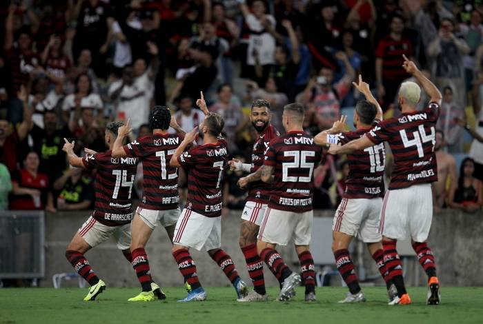 Diante da Nação rubro-negra, ensandecida na arquibancada, os jogadores comemoram o gol de Arrascaeta, que abriu o caminho para a goleada do Flamengo em seu último jogo no Maracanã em 2019