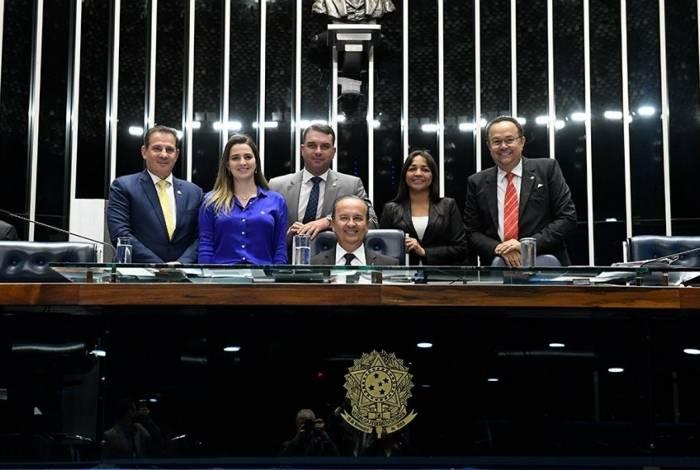Parlamentares fazem foto comemorativa à aprovação do PL Complementar