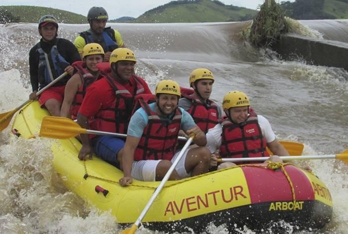 Rafting também pode ser realizado em família. Não é preciso experiência