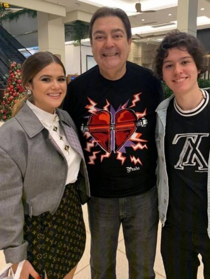 Maisa e o namorado, Nicholas Arashiro, conheceram Fausto Silva em um shopping de São Paulo