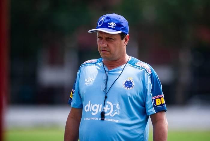 Adilson Batista, técnico do Cruzeiro: difícil missão de salvar o time