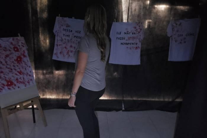 A mostra foi montada em uma sala escura e os visitantes usam uma lanterna para se andar pelo local