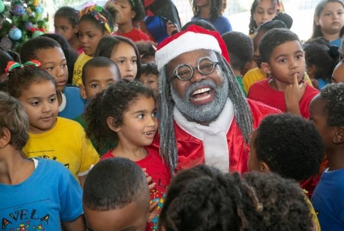 Favela Mundo promove festa de Natal para 600 crianças e adolescentes, com Papai Noel negro