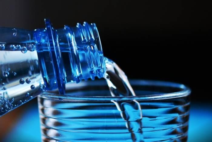 A ingestão de no mínimo 2.5l de água por dia é importante para manter a saúde em dia