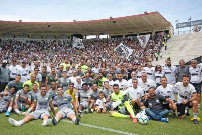 Em sintonia com os jogadores, a torcida marcou presença no treino aberto do Vasco, na Colina, antes do último jogo no Brasileiro, contra a Chapecoense