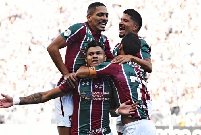 Evanilson é abraçado pelos companheiros de Fluminense na comemoração de um dos seus gols