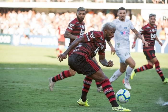 Rodinei não deu conta da marcação de Soteldo na derrota do Santos
