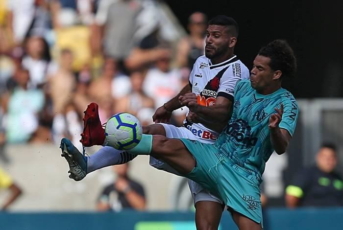 Henríquez, do Vasco, disputa bola com Camilo. Zaga vacilou no fim