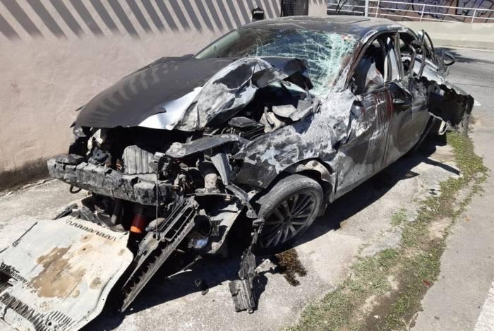 O carro onde os oito jovens estavam ficou destruído. O veículo bateu contra uma mureta