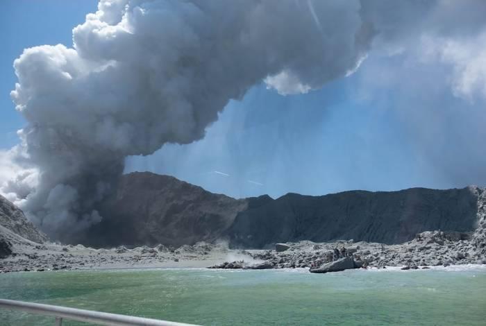 Vulcão na Ilha Branca da Nova Zelândia expelindo vapor e cinzas minutos após uma erupção em 9 de dezembro de 2019