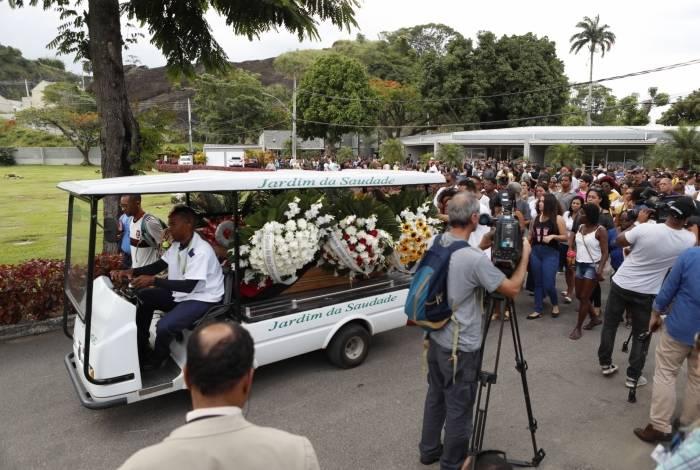 Enterro dos cinco jovens mortos em acidente foi sob forte emoção