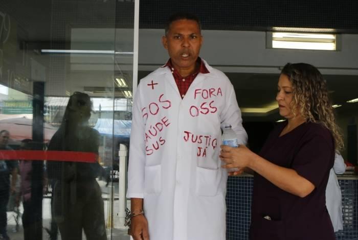 Andre Luiz Prazeres se acorrentou à porta do Albert Schweitzer em protesto contra a falta de pagamentos