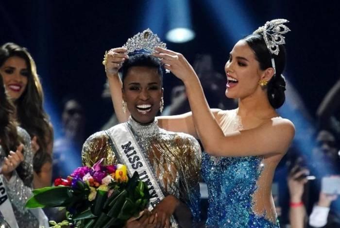 Zozibini sendo coroada no Miss Universo 2019