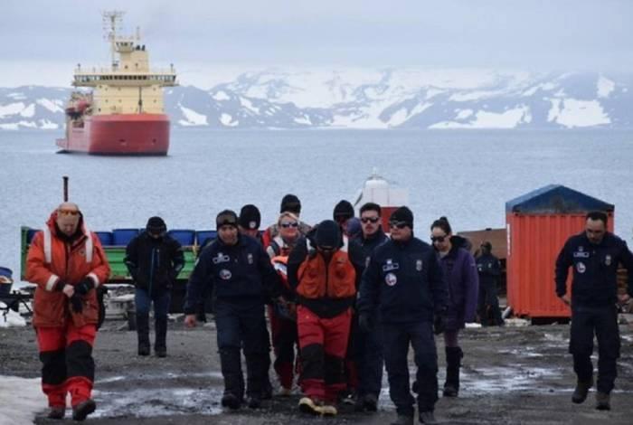 Membros da Força Aérea do Chile na base antártica Presidente Eduardo Frei
