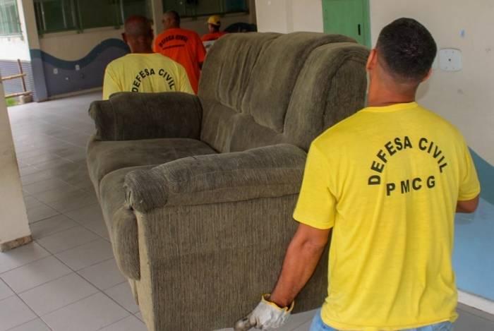 Agentes da Defesa Civil de Campos auxiliam no retorno de famílias desabrigadas pelas enchentes do Rio Ururaí