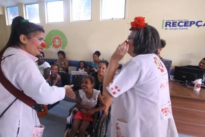 Integrantes do projeto animam a emergência pediátrica do Hospital da Posse