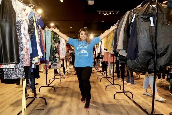 Preta Gil organiza anualmente seu bazar: doações e roupas de grife
