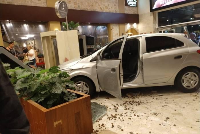 Carro invadiu shopping pouco depois de meia-noite