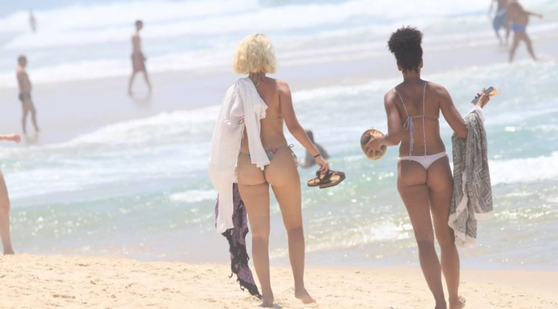 Nathalia Dil e Marina Moschen curtem dia de praia