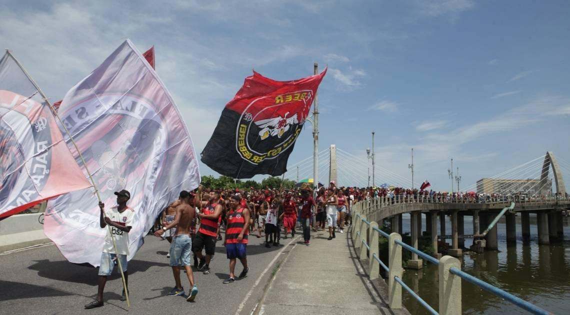 Torcedores do Flamengo acompanham delegação do Rubro-negro