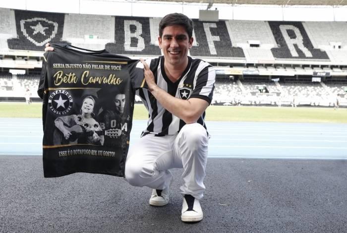 No Estádio Nilton Santos, Adnet celebrou a composição.