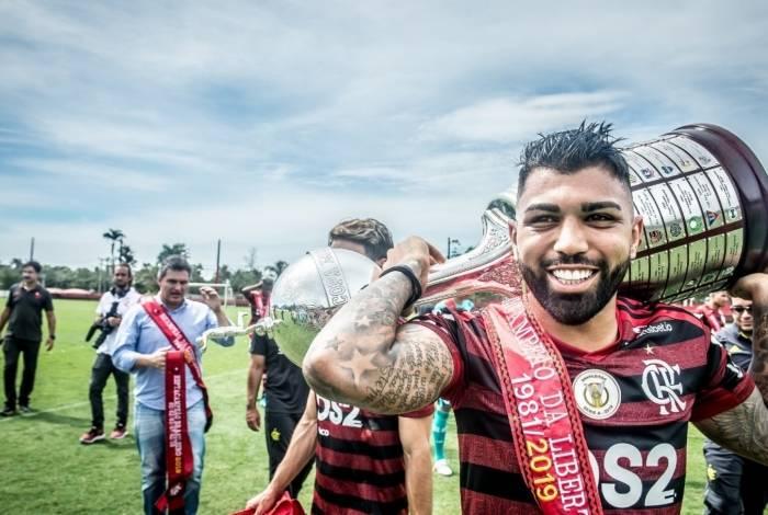 Gabigol carrega a taça da Libertadores e a faixa de campeão: o bicho foi finalmente pago pela diretoria