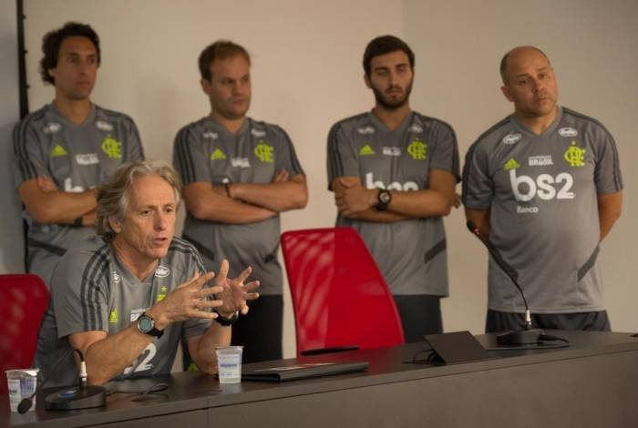 Jorge Jesus e sua comissão durante conversa com o elenco do Flamengo