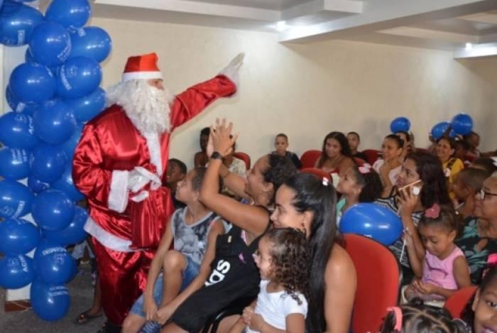 Papai Noel entregou os presentes para as crianças que participaram do Natal Solidário