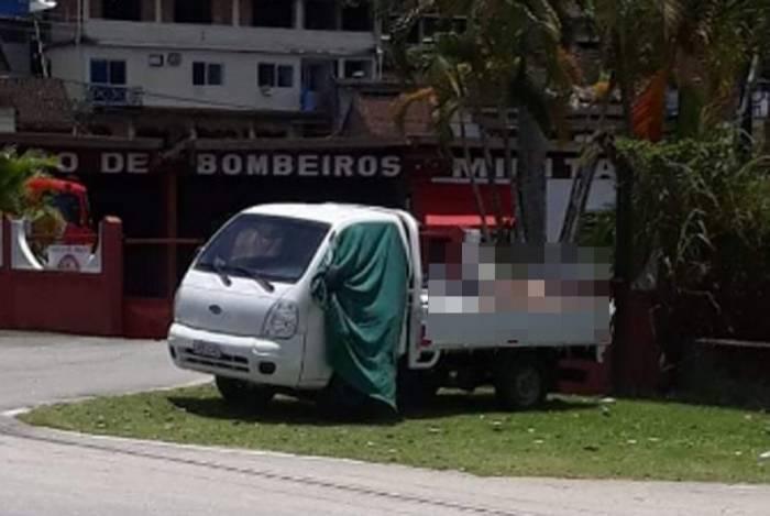 Caminhão com corpos é deixado próximo a sede do Corpo de Bombeiros em Angra dos Reis