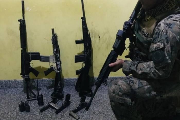 Operação do Bope na Comunidade do Frade, em Angra dos Reis, resulta na apreensão de três fuzis, três pistolas, duas granadas e um rádio