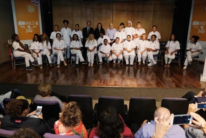 Turma de homens e mulheres trans se formou em curso de gastronomia oferecido pelo Senac RJ